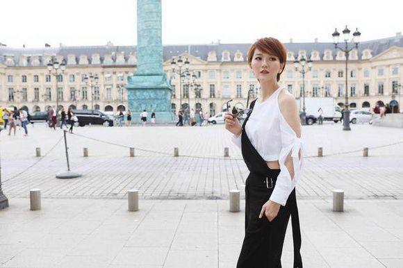 蔡淳佳巴黎街拍 酷感女性与浪漫法国邂逅